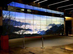 Dank des modifizierten und sicheren Android-Betriiebssystems lassen sich auch Videowalls jeglicher Größe aufbauen. Hier: Die Videowand in der Lobby eines Firmengebäudes ist 10 m breit und 3,5 m hoch. Sie verfügt über eine Bildschirmauflösung von fast 18 K und bietet Augmented-Reality durch interaktive Spiele.