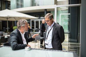 Ingo Kierse, CEO Xantaro, im intensiven Diskurs mit Daniel Brower von der Telekom.