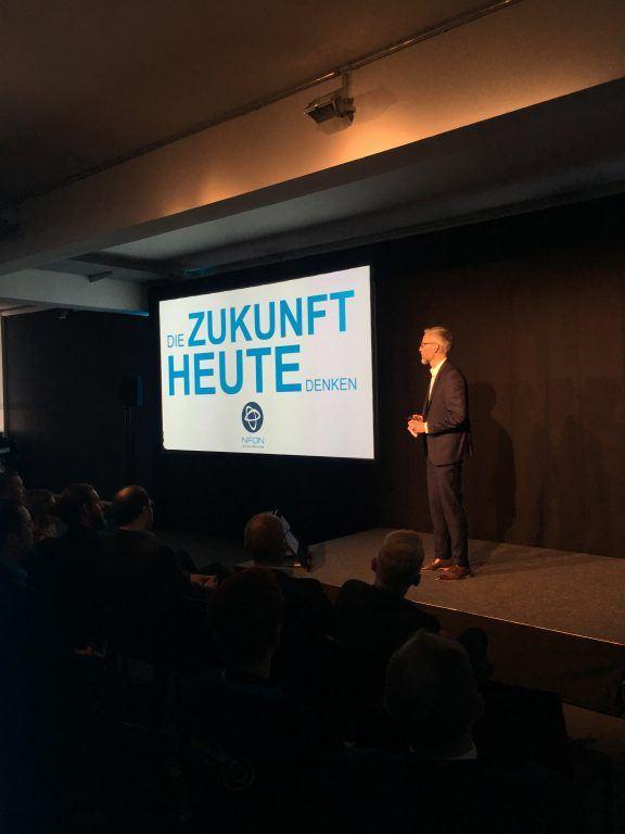 """Thomas Muschalla, VP Sales, eröffnet den NFON-Partnerta unter dem Motto """"Die Zukunft heute denken""""."""