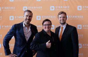 Starface wieder fest in Gründerhand:  Geschäftsführer Florian Buzin (r.) und Barbara Mauve (M.) mit Key Note Speaker und Autor Ilja Grzeskowitz.