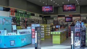 Werbevideos für vorbestellbare Videospiele oder die einzigartigen Angebote von GameStop werden von Cedemo in mehreren europäischen Sprachen erstellt und auf die Cloud-basierte Digital-Signage-Plattform von Signagelive hochgeladen. Mit Signagelives Management-Dashboard und dem benutzerfreundlichem CMS für Unternehmen können einzelne Länder schnell Inhaltslisten erstellen und planen, die für ihre Zielgruppen und kommerziellen Ziele geeignet sind, und sich fast in Echtzeit an die Wettbewerbs- und Marktentwicklungen anpassen.