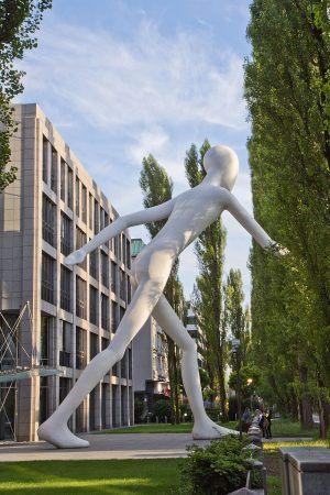 Munich-Re-800px-2012-07-17_-_Landtagsprojekt_München_-_Walking_Man_-_7338