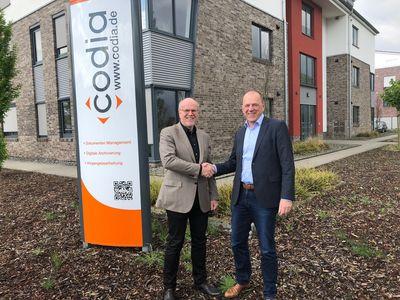 Christoph Pliete, Vorstandsvorsitzender der d.velop AG (links) und Laurenz Stecking, Geschäftsführer der codia Software GmbH, freuen sich auf die Intensivierung der Zusammenarbeit.