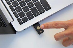 Der Yubikey-Token von Yubico generiert nach Verbindung mit einem USB-Port per Knopfdruck ein Einmalpasswort.