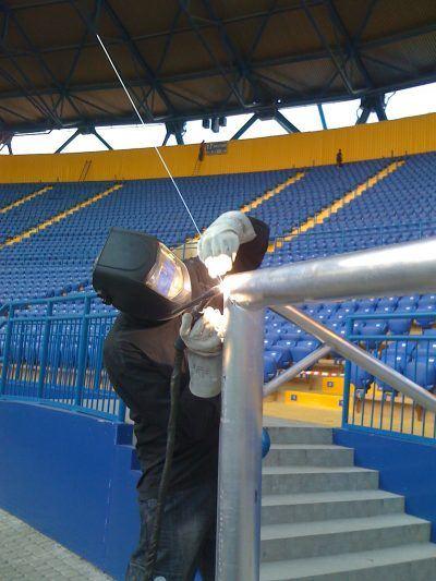 Nachbearbeitung einer Schweißnaht direkt im Stadion. (Bildquelle: Sportgeräte 2000 GmbH)