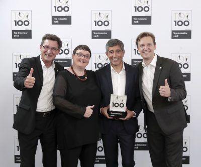 Starface wurde mit dem TOP-100-Award als eines der 100 innovativsten deutschen mittelständischen Unternehmen ausgezeichnet. Im Bild die Starface-Geschäftsführer Jürgen Signer (l.), Barbara Mauve (2.v.l) und Florian Buzin (r.) mit TOP 100-Mentor Ranga Yogeshwar.